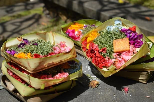 """""""Canang sari"""", offerte al dio Sang Hyang Widhi."""