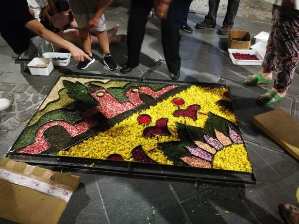 La realizzazione dei tappeti di fiori con struttura metallica che velocizza le operazioni.