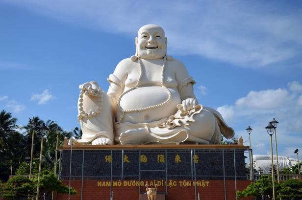 Un gigantesco Buddha seduto felice, tempio di Buu Lam, Ho Chi Minh.
