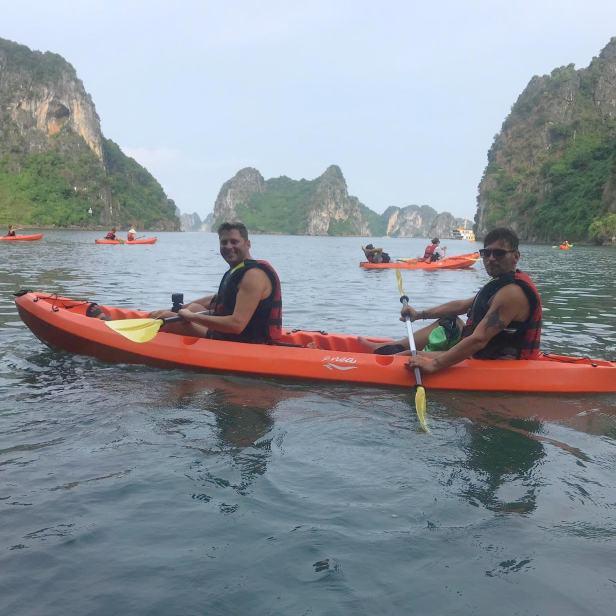 Baia di Ha Long in kayak.