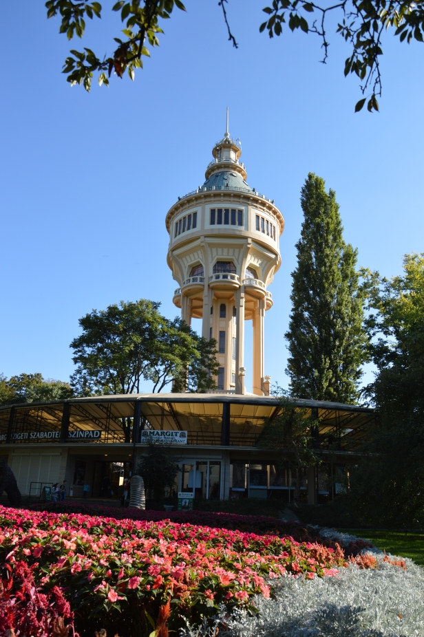 Serbatoio idrico a torre ottagonale.