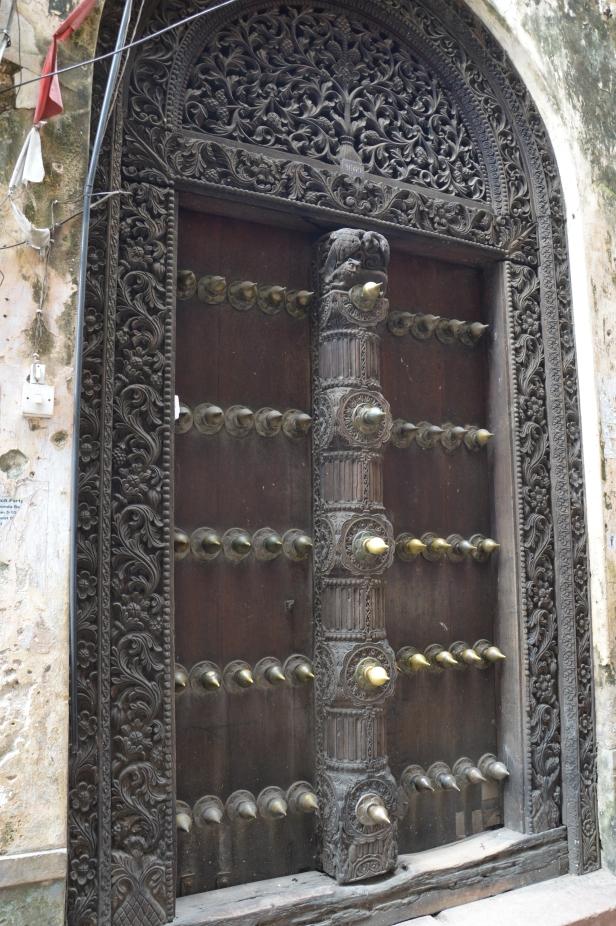 Portone di Stone Town con volta arrotondata in stile indiano.