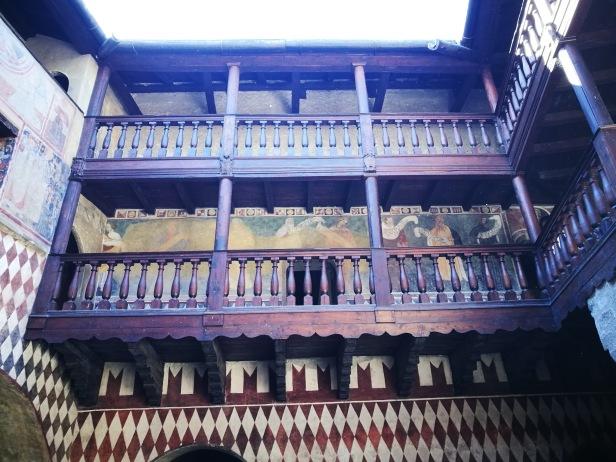 Cortile del castello di Fénis.