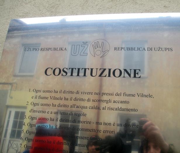 Repubblica di Užupis, la Costituzione in diverse lingue, particolare.