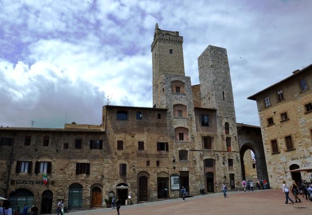 Le due torri degli Ardinghelli in Piazza della cisterna.