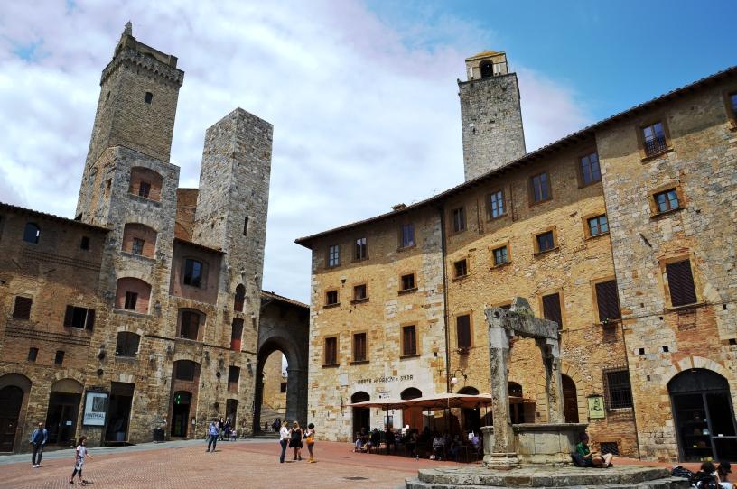 Piazza della cisterna, San Gimignano.