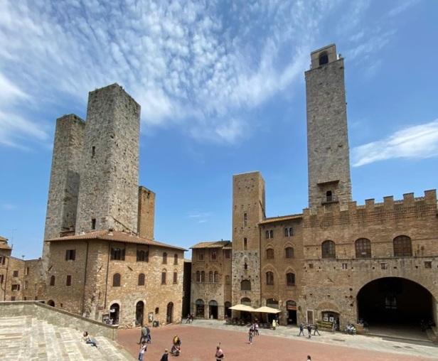 Sulla destra la Torre Rognosa, la più antica della città e accanto la più bassa Torre Chigi.