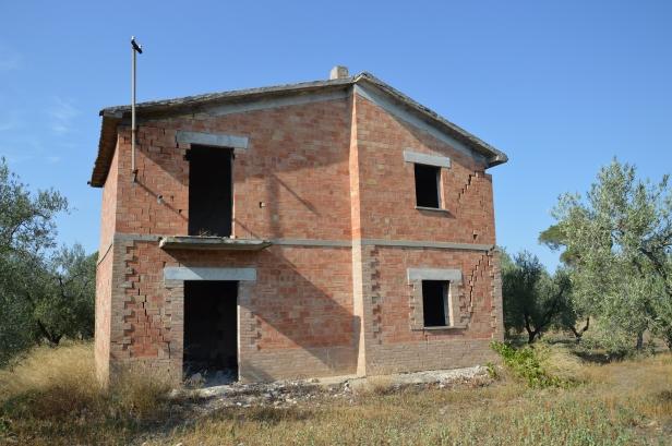 Una delle moltissime case abbandonate in Contrada Marrella. Furono costruite negli anni '50 dall'Ente di Riforma Fondiaria.