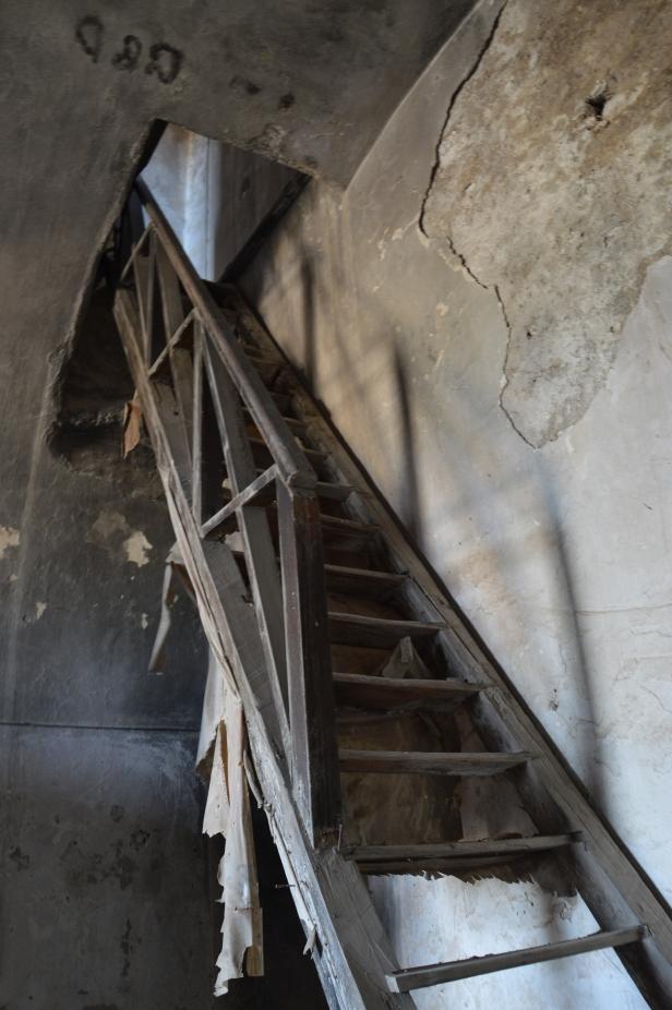 Masseria abbandonata in Contrada Santa Maria, la scala interna lignea perfettamente conservata.