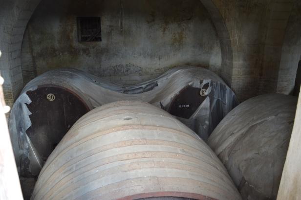 Masseria Santa Maria dei Manzi era un importante cantina vinicola con moderni sistemi di produzione, al di là di una finestra delle botti nelle cantine.