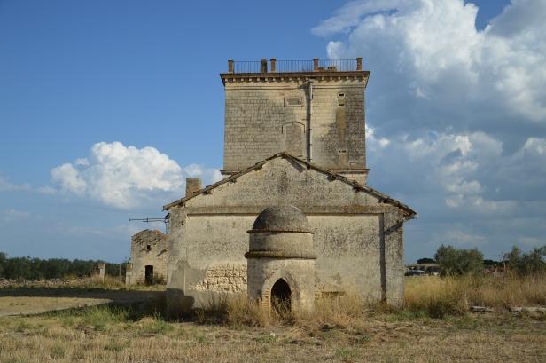 Santa Maria dei Manzi, il palazzetto principale con in primo piano l'accesso ad una galleria sotterranea.