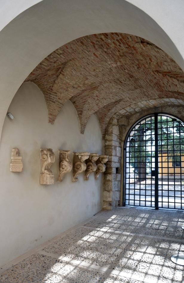Ingresso con decorazioni barocche rinvenute durante i restauri.