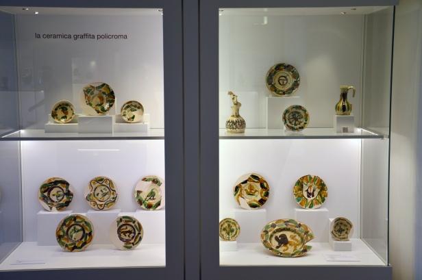 Una delle vetrine con le splendide ceramiche ritrovate durante i restauri.