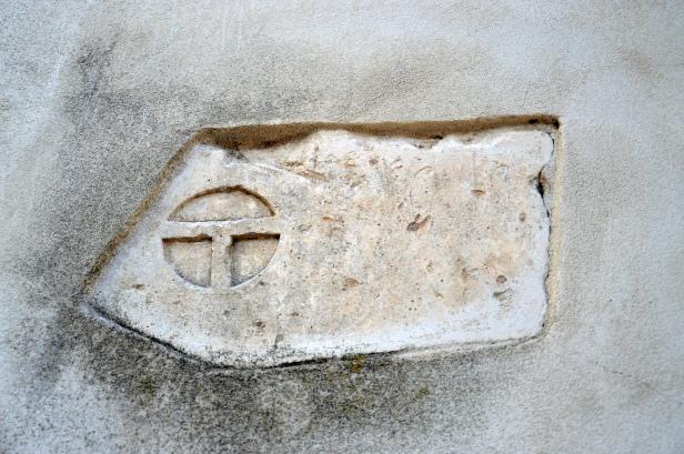 L'emblema di Torre Alemanna scolpito su una pietra in facciata.